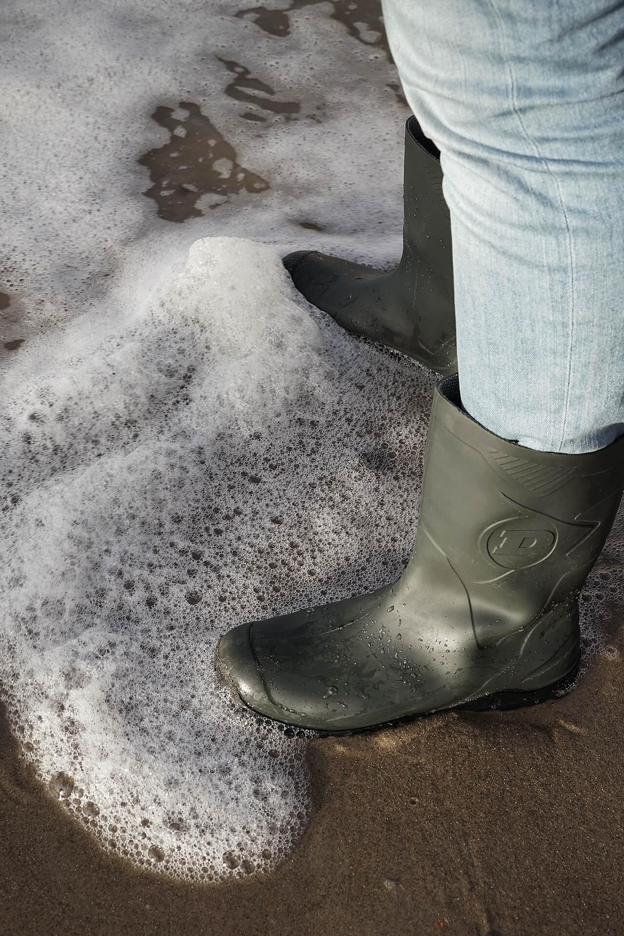 Cadzand-Bad - met laarzen in het zeewater op het strand