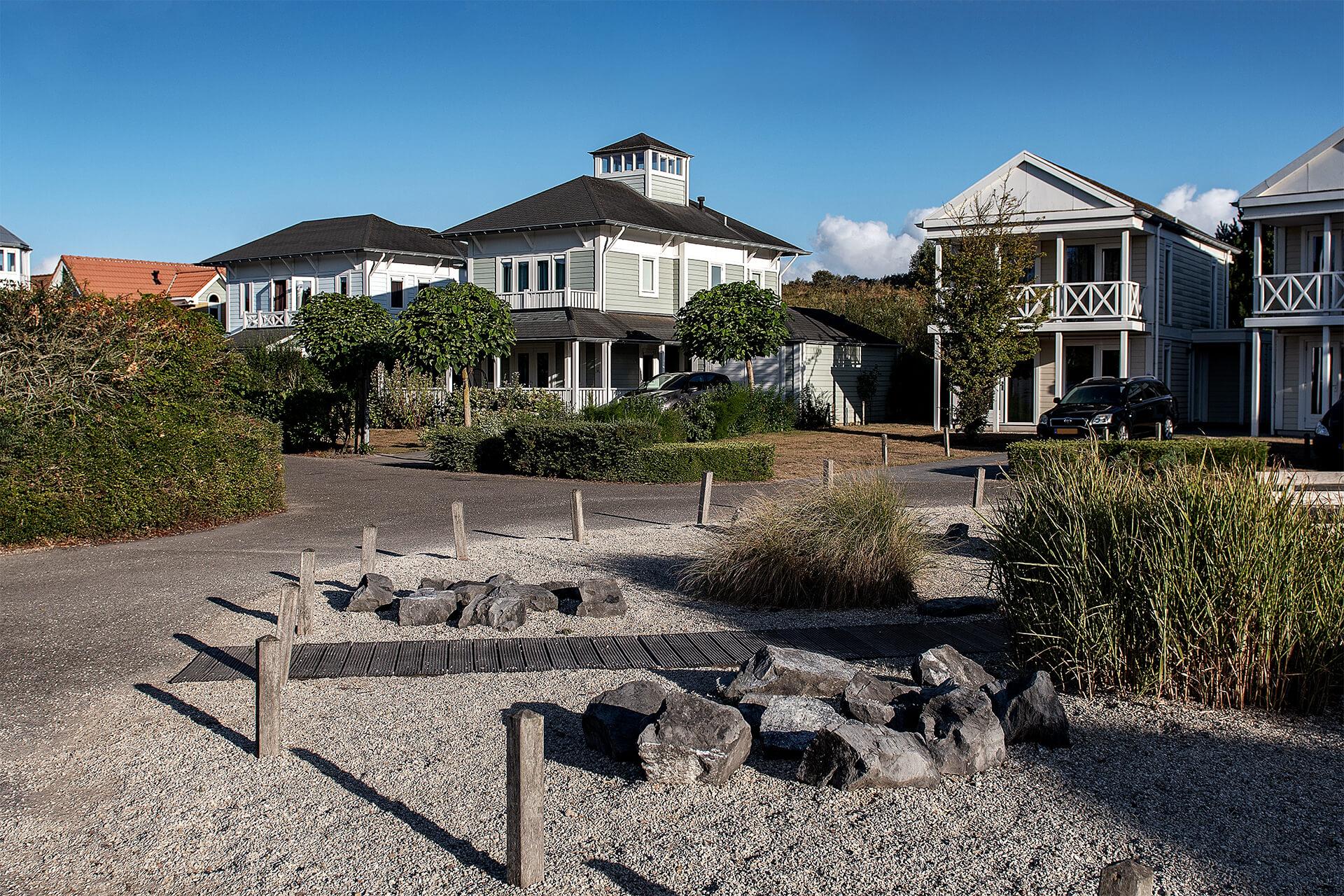 Leisure Architectuur - De Banjaard (Kamperland) vakantiewoningen aan een plein