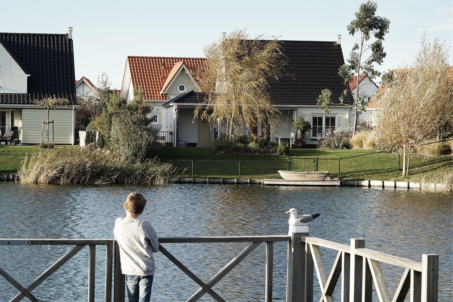 Leisure Architectuur - Noordzee Résidence Cadzand-Bad - Jongen op bootsteiger