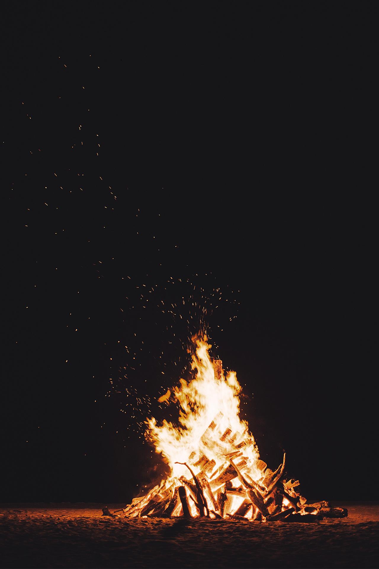 Open vuur op het strand