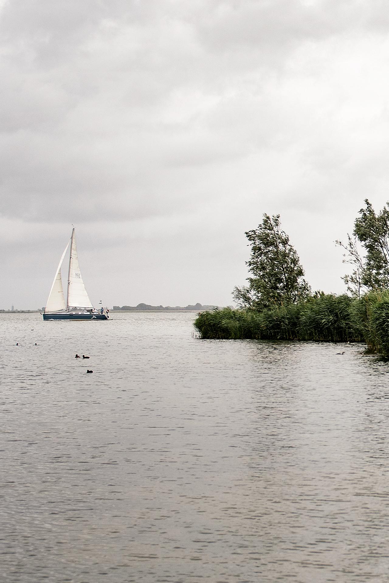 zeilboot met toren van Dirksland