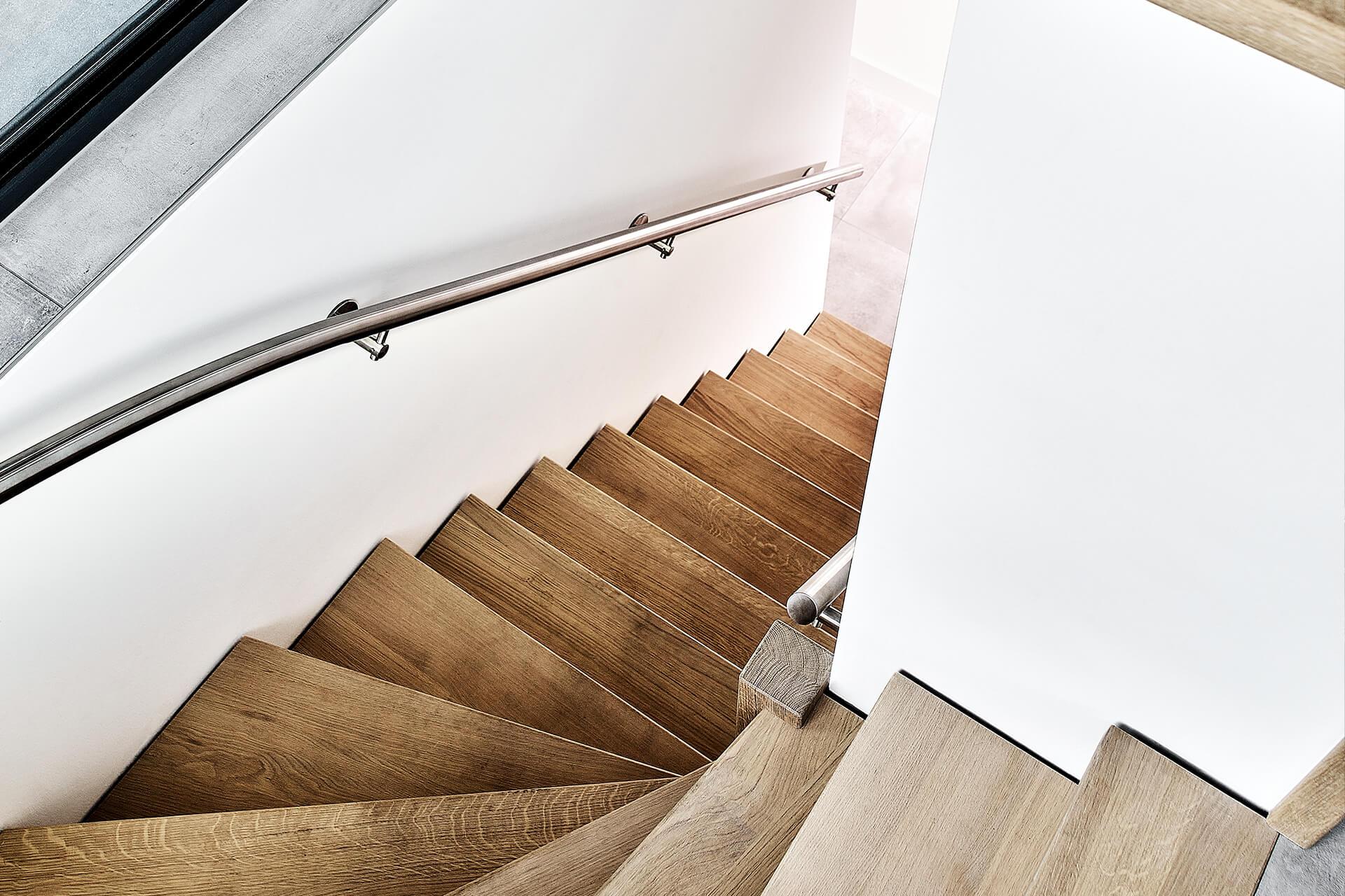 interieurontwerp - eikenhouten trap naar het souterrain