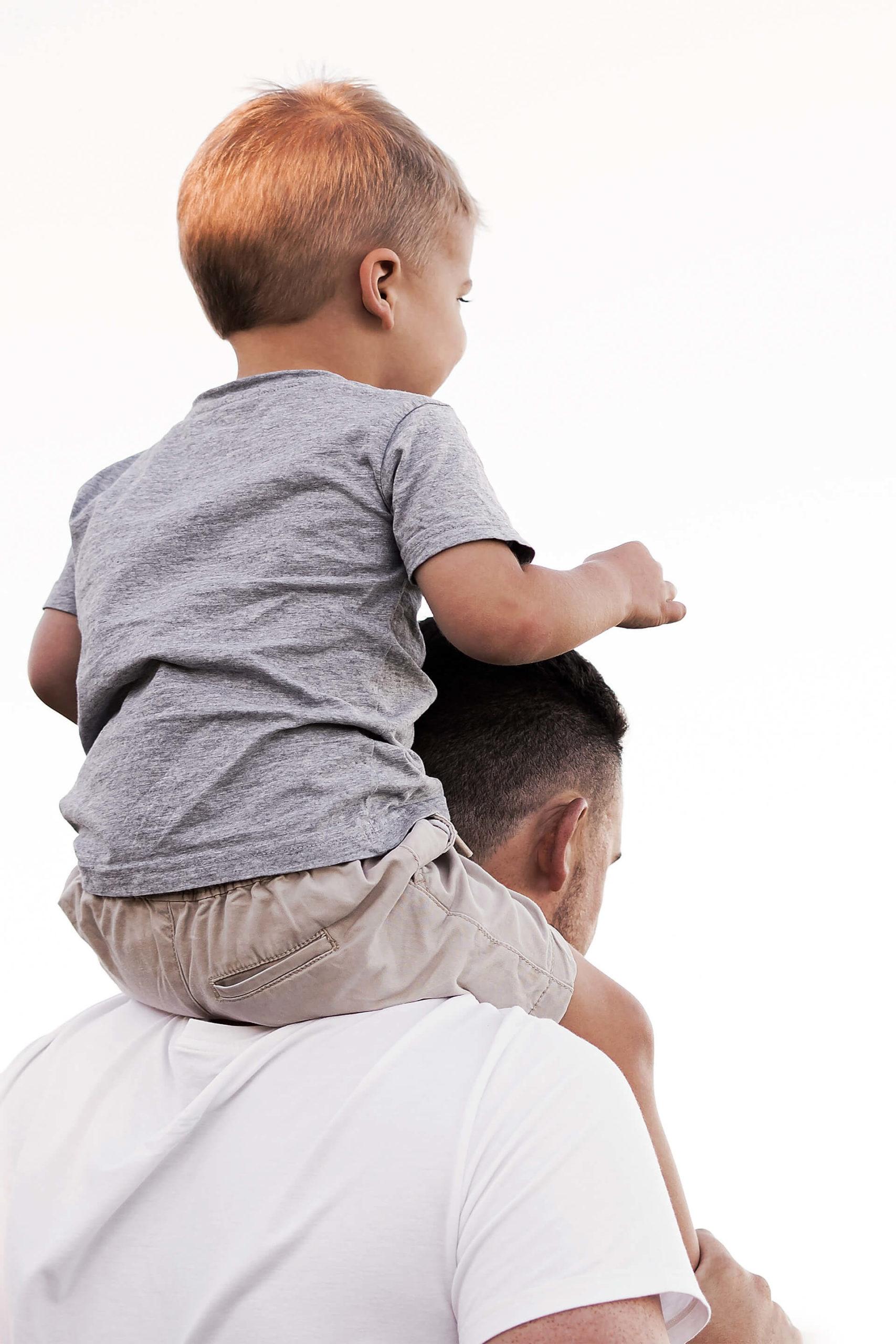 Kind op de schouders van zijn vader