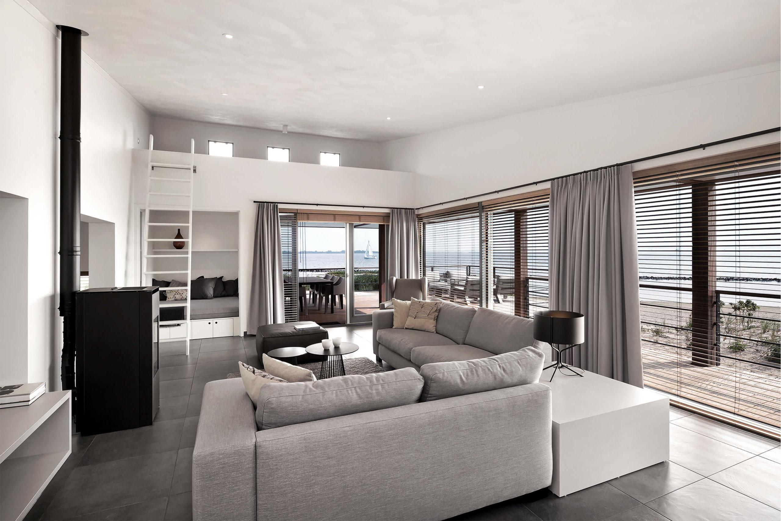Strandvilla - Interieurontwerp van split-level woonkamer met bedstee